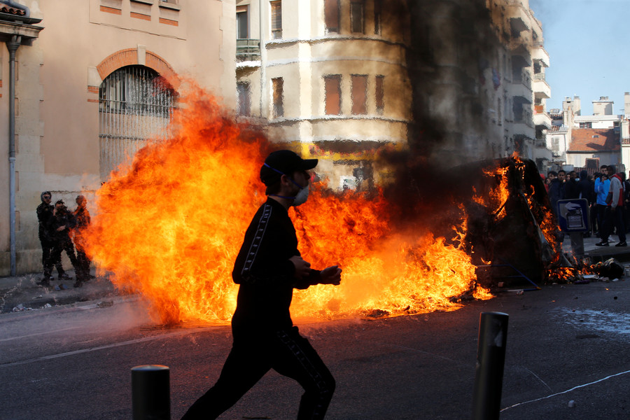 High school, high tensions: French students protest education reform with Molotov cocktails (VIDEOS)