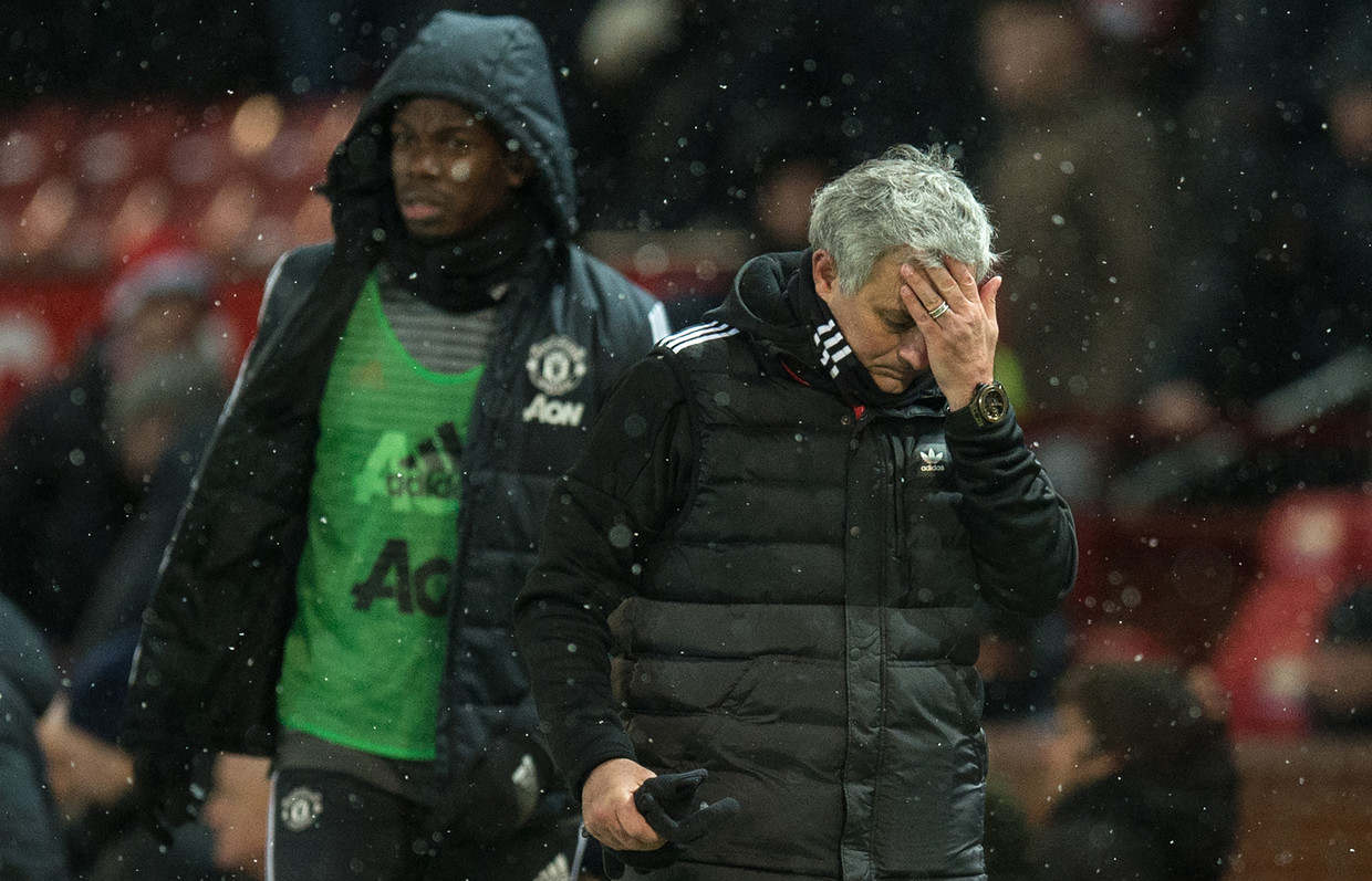 Former Manchester United manager Jose Mourinho (R) and French midfielder Paul Pogba © AFP / Oli SCARFF