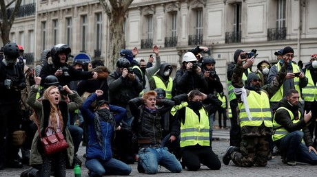 Kneeling protester: A new symbol of the Yellow Vests? (PHOTOS)