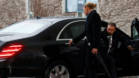 Hard (Br)exit: Theresa May gets stuck in car as Merkel looks on (VIDEO)