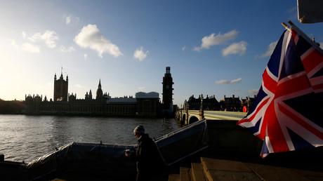 'Yellow Vest' pro-Brexit protesters block Westminster Bridge