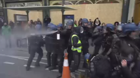 Police deploy tear gas at Yellow Vests in Paris (VIDEO)