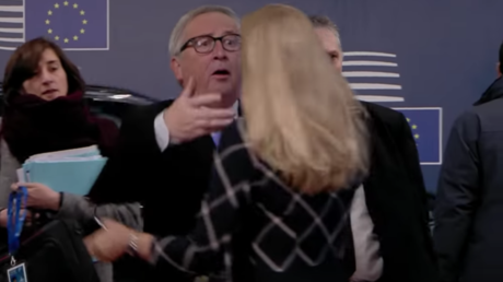 Playful politics: Juncker messes up woman's hair & dramatically throws papers at EU summit (VIDEO)