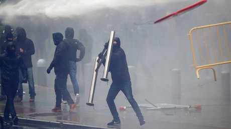 Water cannon, firecrackers as thousands rally against UN migration pact in Brussels (PHOTO, VIDEO)