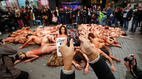 Naked & bloodied activists depict pile of skinned animals in shock Barcelona flashmob (VIDEO)
