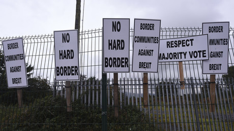 Banners by Anti-Brexit campaigners at the border town of Carrickcarnon in Ireland, October 8, 2016 © Reuters / Clodagh Kilcoyne