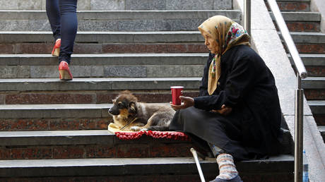 FILE PHOTO: An elderly woman in Kiev © Reuters / Gleb Garanich