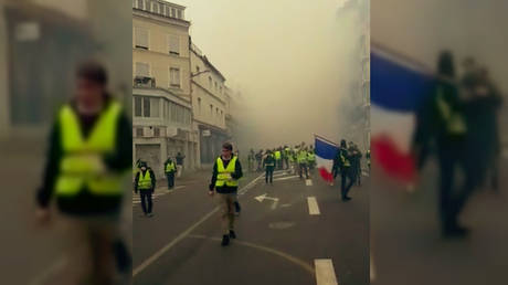 Yellow Vests in Rouen as the street fills with tear gas. © Facebook / Maxime Da Silva