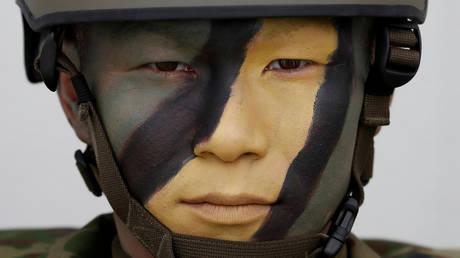 A soldier of Japanese Ground Self-Defense Force (JGSDF)'s Amphibious Rapid Deployment Brigade (ARDB) © Reuters / Issei Kato