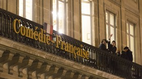Demanding asylum from a theater? Illegal migrants try to storm iconic Comedie Francaise (VIDEO)