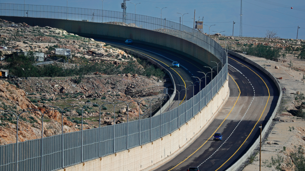 'Apartheid Road' opens in West Bank, with one side for settlers & the other for Palestinians