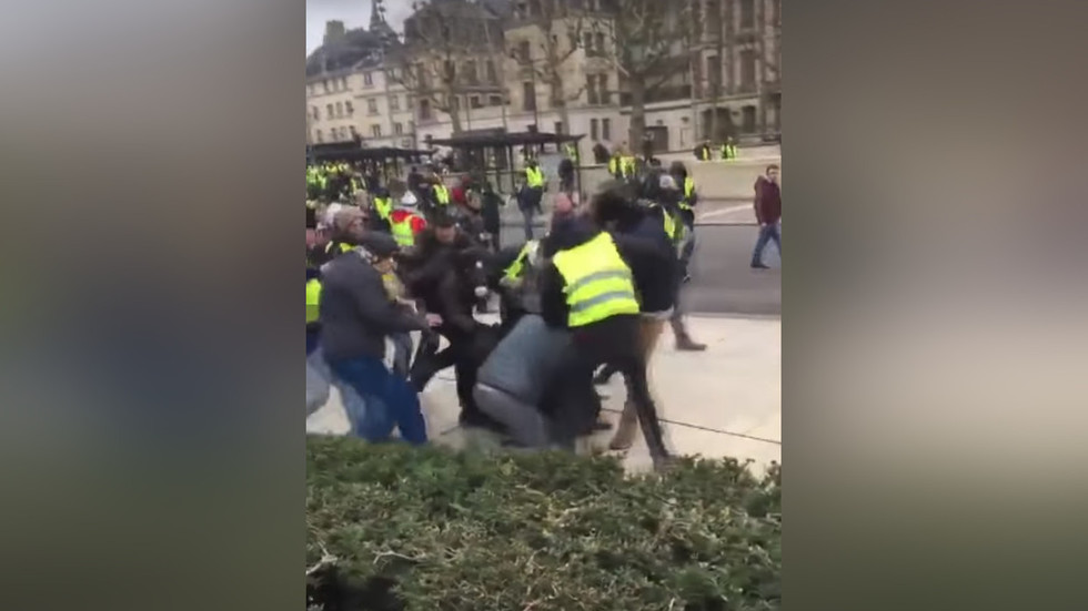 WATCH French journalists viciously beaten at Yellow Vest protest