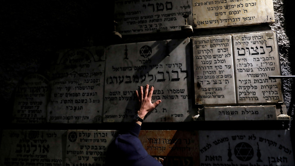Holocaust denial in Britain a combination of 'anti-semitism and ignorance' – Nazi hunter tells RT