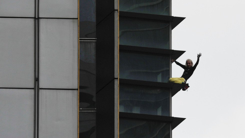 'French Spiderman' Alain Robert arrested after latest hair-raising climb (VIDEOS)