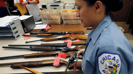 A Chicago police officer inventories guns handed in by the public, 2016 © Reuters / Jim Young
