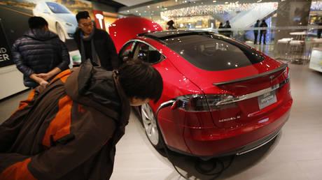 FILE PHOTO: Tesla Motors' Model S P85 in a showroom in Beijing  © REUTERS/Kim Kyung-Hoon