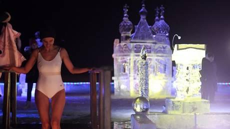 Bikini-clad girls, celebs & politicians: WATCH Russians descend into frigid water on Epiphany
