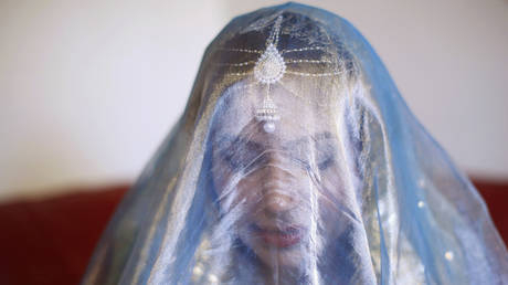 A woman wears a Pakistani wedding veil ahead of her traditional Islamic wedding blessing, London © Reuters / Olivia Harris