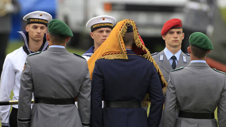 German recruits take an oath © REUTERS / Thomas Peter