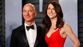 File Photo:  Jeff and MacKenzie Bezos arrive at the 2018 Vanity Fair Oscar Party in Beverly Hills, California. © Reuters / Danny Moloshok