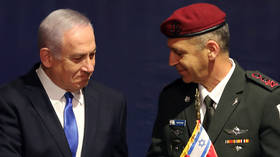 Benjamin Netanyahu shakes hands with incoming Israeli Chief of Staff Aviv Kohavi. ©REUTERS / Corinna Kern