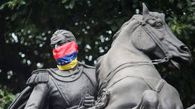 A Venezuelan flag around the face of a statue of Venezuela's national hero Simon Bolivar, Caracas, Venezuela © Reuters / Andres Martinez Casares