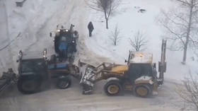 Iron brawl: 'Fighting' tractors caught on VIDEO in Moscow