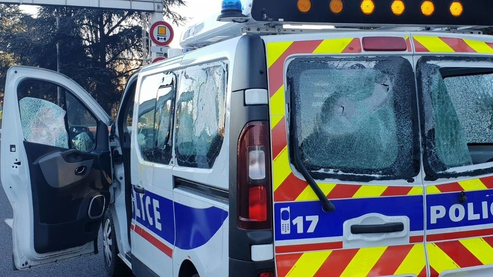 French policewoman left sobbing after Yellow Vests smash patrol van's windows (PHOTO, VIDEO)