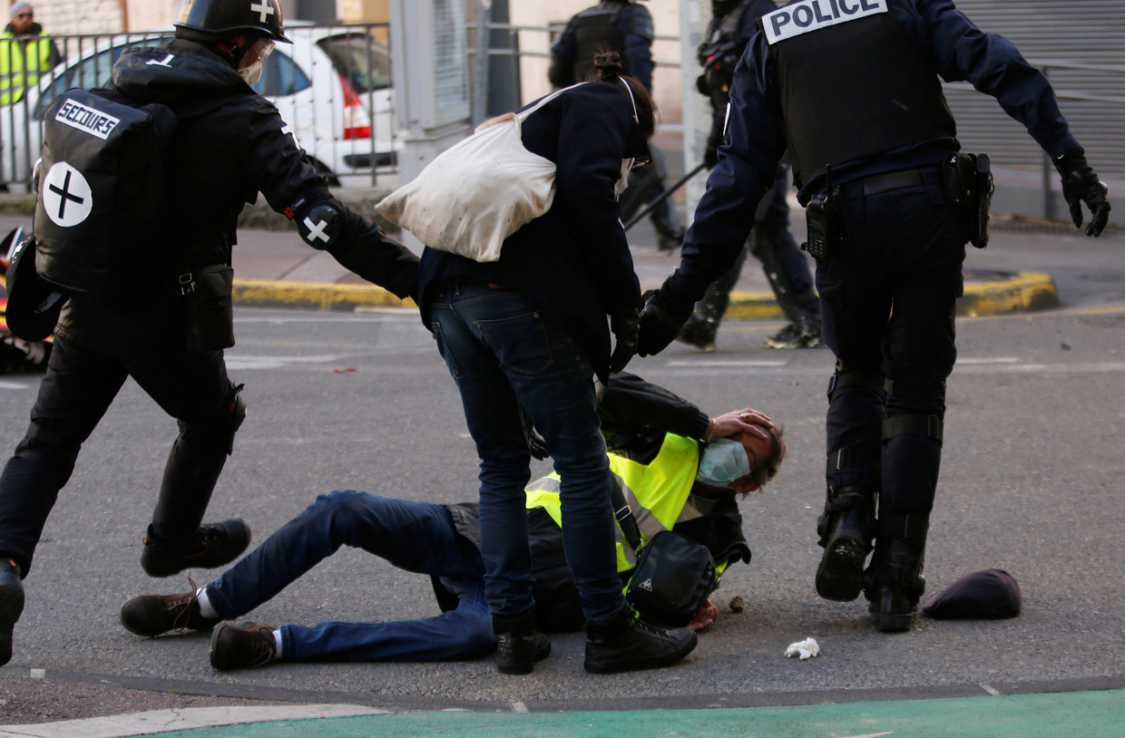 Riot police clash with yellow vest protesters in Paris