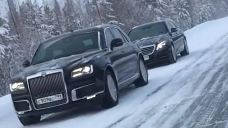 Aurus limousines driving through streets of Siberian city © Netipichniy Noyabrsk/Vk.com