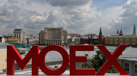 The letters MOEX at the Moscow Exchange, near the Kremlin, Moscow © Reuters / Segrei Karpukhin