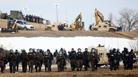 Law enforcement officers advance on a camp of protesters near Cannon Ball, North Dakota © Reuters / Terray Sylvester