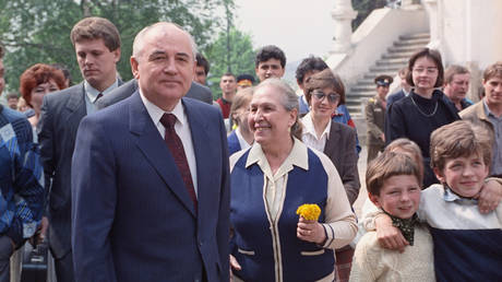 Mikhail Gorbachev talks to people near the Kremlin © RIA Novosti / Yury Abramochkin
