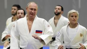 Flipping finger!: Putin suffers Judo injury during training with Olympic champ in Sochi (VIDEO)