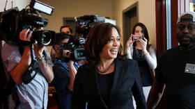 Fashion collusion: CNN journalist picks jacket for Dem candidate Harris & sparks ethics debate