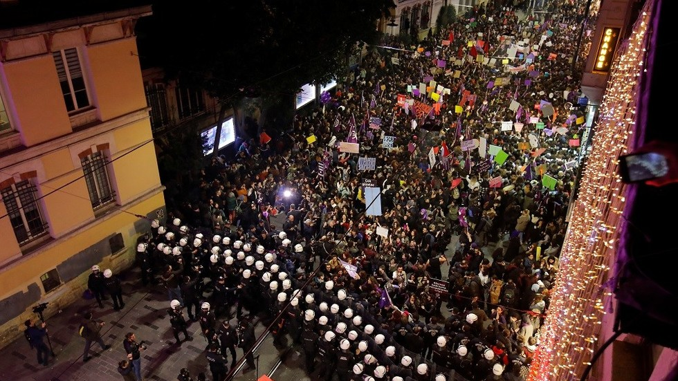 Police clash with women's day marchers in Turkey