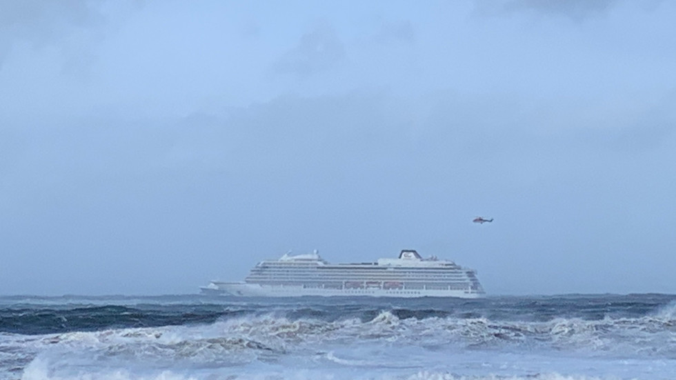 1,300+ people in distress as crippled cruise liner is battered by huge waves off Norway (VIDEOS)