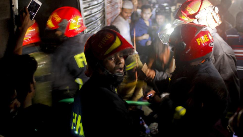 Trapped workers leap from building as huge fire rips through Bangladesh office block
