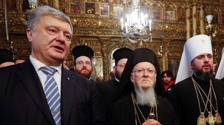 Ukrainian President Petro Poroshenko, Constantinople Patriarch Bartholomew and Metropolitan Epifaniy, head of the schismatic Orthodox Church of Ukraine, at the St. George's Cathedral in Istanbul. © Reuters /  Murad Sezer
