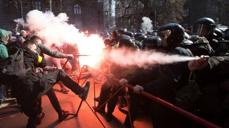Ukrainian radicals clash with police outside Poroshenko's office, give ultimatum to president