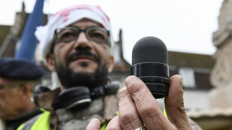A Yellow Vest protester holds a 40mm rubber 'flash ball' projectile  © AFP / Sébastien Bozon