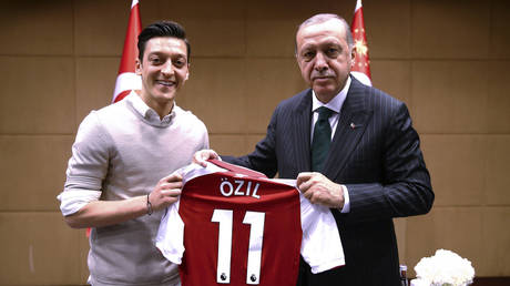 Turkish President Recep Tayyip Erdogan (R) posing for a photo with German footballer of Turkish origin Mesut Ozil © AFP / KAYHAN OZER