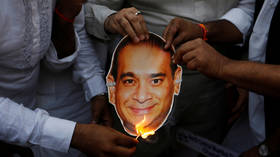 Indian protesters burn an image of billionaire jeweler Nirav Modi in Mumbai  © Reuters / Francis Mascarenhas