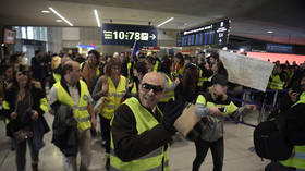 WATCH Yellow Vests reinvigorate campaign with flashmob at Paris airport