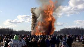 Massive replica of Bastille prison goes down in flames in Russia (VIDEO)