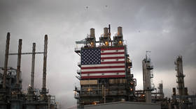 The US flag is displayed at Tesoro's Los Angeles oil refinery in Los Angeles, California © Reuters / Lucy Nicholson