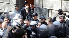 Serbian anti-govt protesters break through police cordon & block presidential palace (VIDEO)