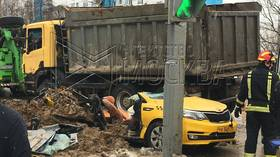 Taxi CRUSHED by truck full of dirt in Moscow, 2 dead (VIDEO)