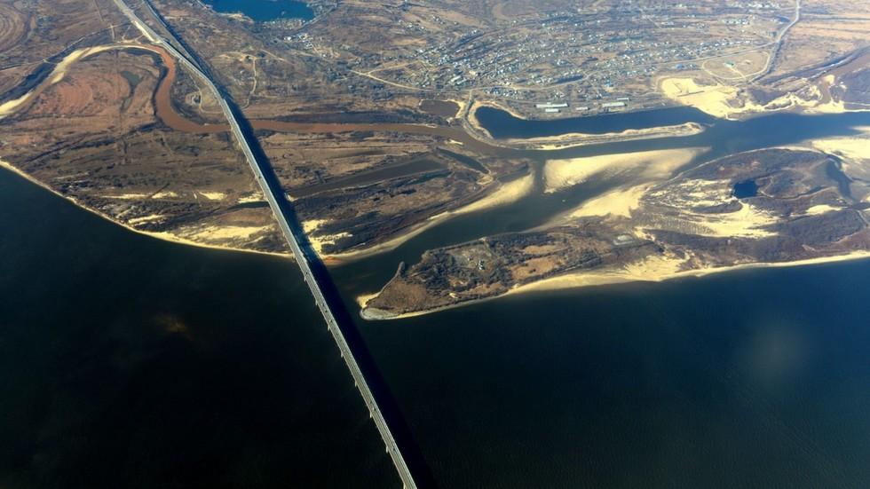On track: Russia & China start laying railway across Amur River bridge