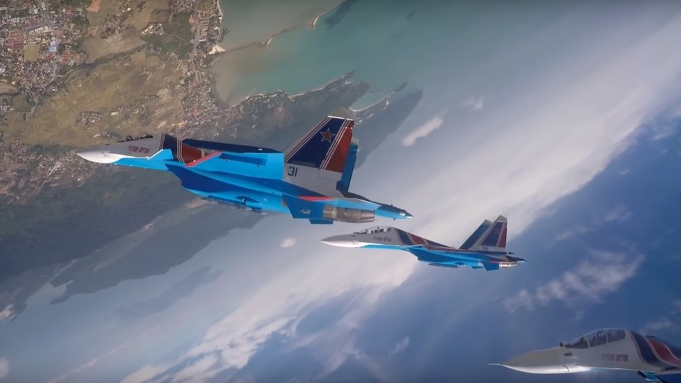 4 Russian Knights jets filmed doing SIMULTANEOUS loop at Malaysia airshow